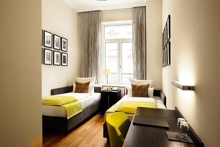 twin bed room hotel hamburger hof. Black Bedroom Furniture Sets. Home Design Ideas
